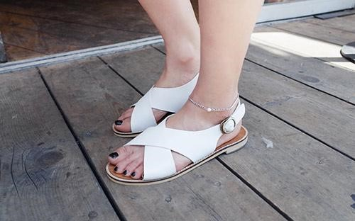 Sandals bệt là kiểu giày không thể thiếu dành cho chị em phụ nữ vào mùa hè.