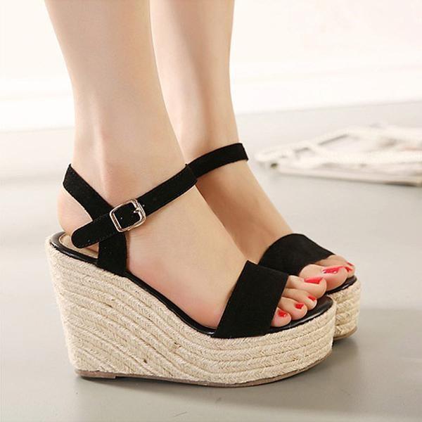 Giày đế xuồng là đôi giày không kén chân mà chị em nên sở hữu.