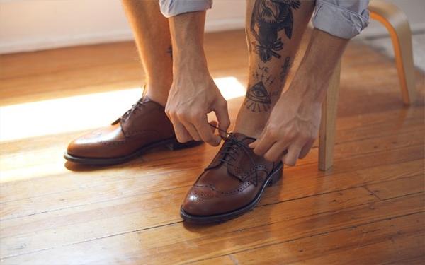 Lưu ý khi đi chọn giày các bạn nên đi vào buổi chiều nhé, vì đây là thời điểm chân của bạn to nhất.