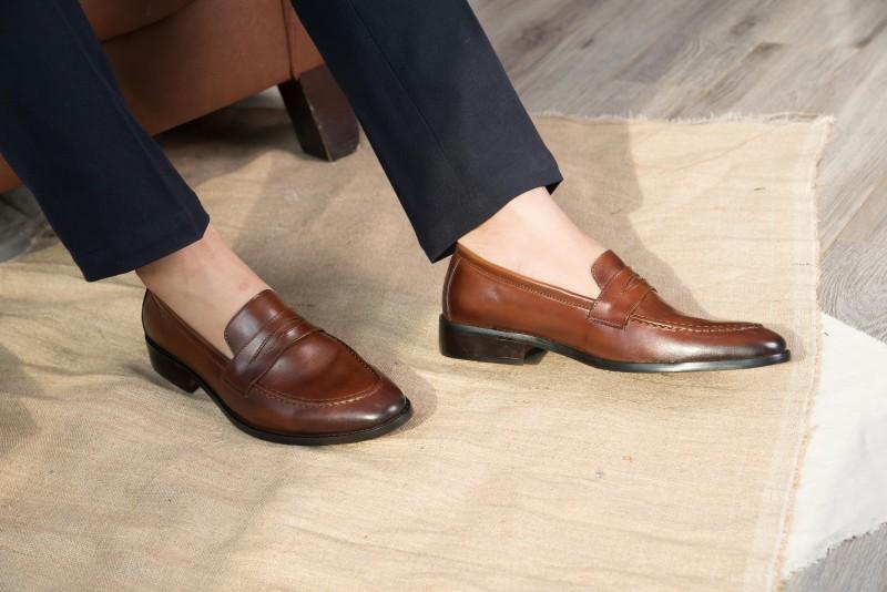 Nên chọn mua giày ở những địa chỉ uy tín để đảm bảo chất lượng da của đôi giày