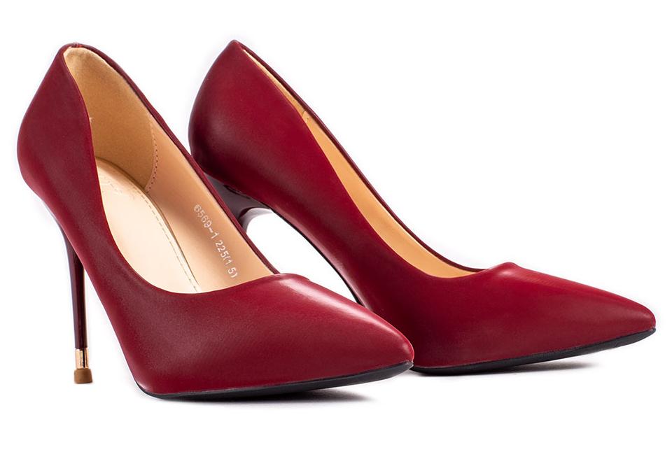 Giày cao gót cổ điển mang đến vẻ đẹp quý phái cho phái nữ.