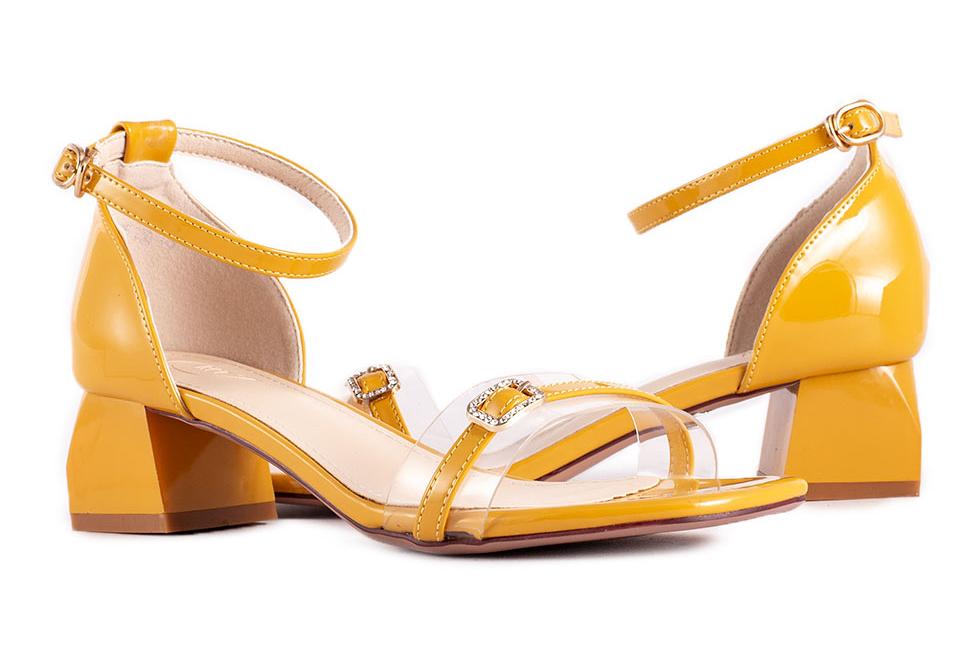 Giày cao gót Sandal rất phù hợp với các cô nàng có dáng cao, thon gọn.